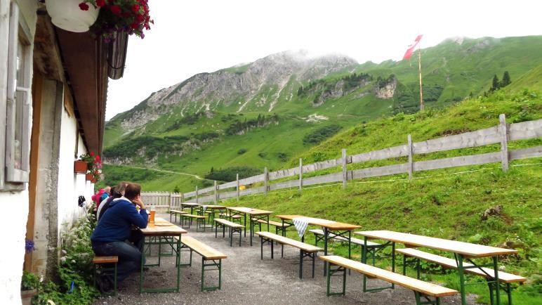 Pause bei Suppe und Radler auf der Strindenalpe