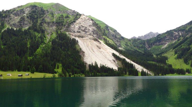 Deutlich sichtbar: Der riesige Felssturz am Vilsalpsee