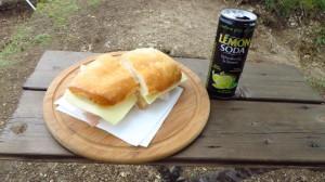 Brotzeit auf Italienisch mit Panino und Lemon Soda