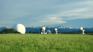 Die Erdfunkstelle Raisting vor der Alpenkette