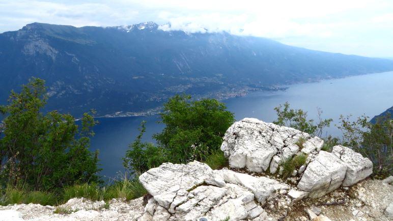 Oben auf der Cima Mughera - Grandioser Blick über den Gardasee auf den Monte BaldoOben auf der Cima Mughera - Grandioser Blick über den Gardasee auf den Monte Baldo