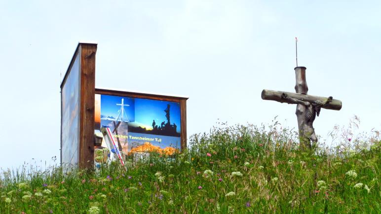 Gipfelbuch und Gipfelkreuz des Neunerköpfle