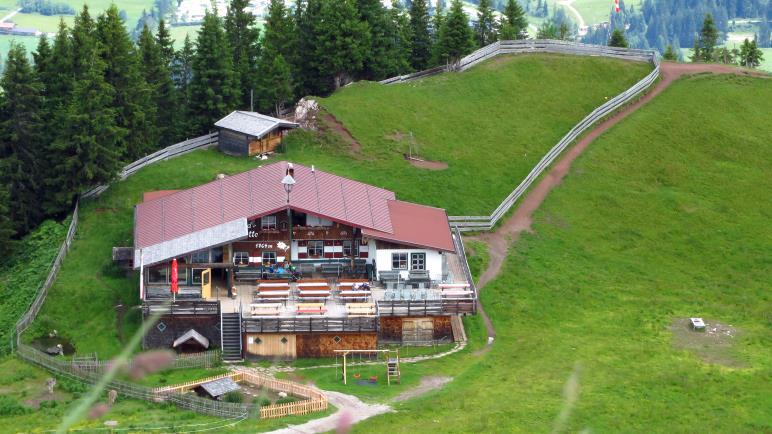 Ein Blick bergab auf die Gundhütte, die knapp unterhalb des Gipfels liegt