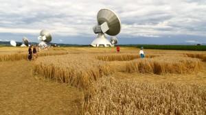 Die Satellitenantennen aus dem Kornkreis heraus gesehen
