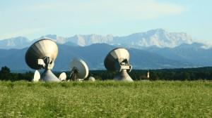 Die Parabolantennen vor dem Wettersteingebirge