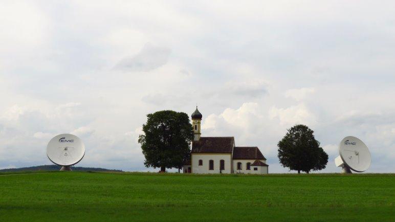 St. Remigius, die Kirche, steht ganz in der Nähe der großen Antennen