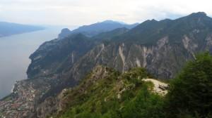 Der Blick über das Valle del Signol auf die Brescianer Berge und den Gardasee