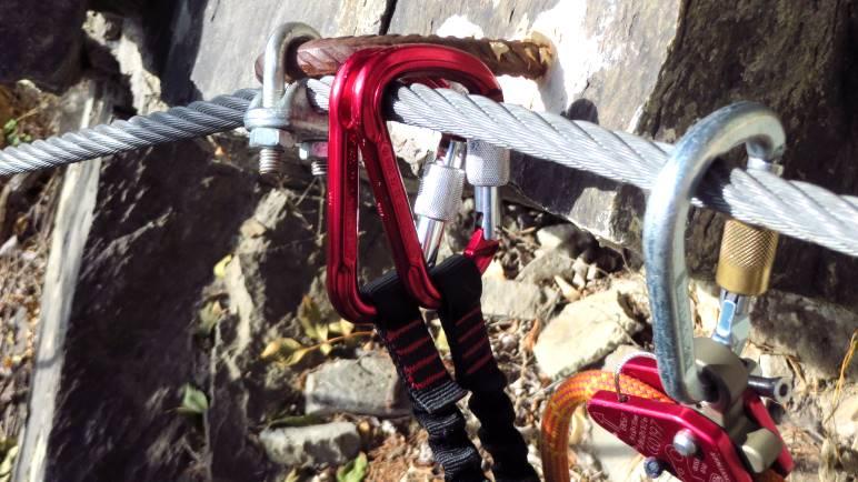 Mit Klettersteigset und zusätzlicher Seilsicherung