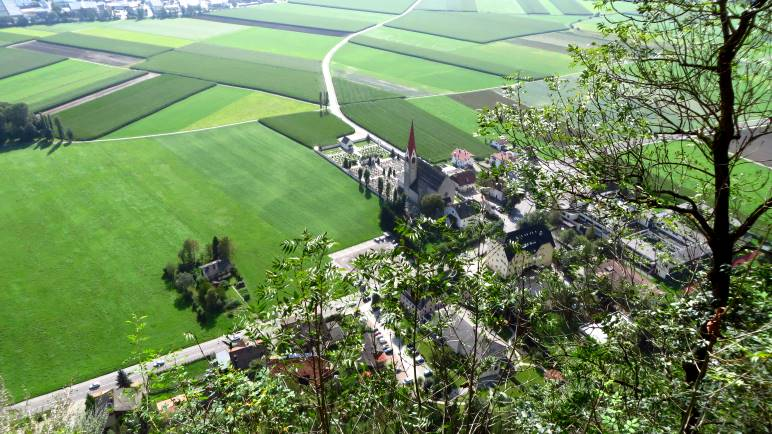 Ein Blick nach Taufers, direkt unterhalb des Pursteinwand-Klettersteigs