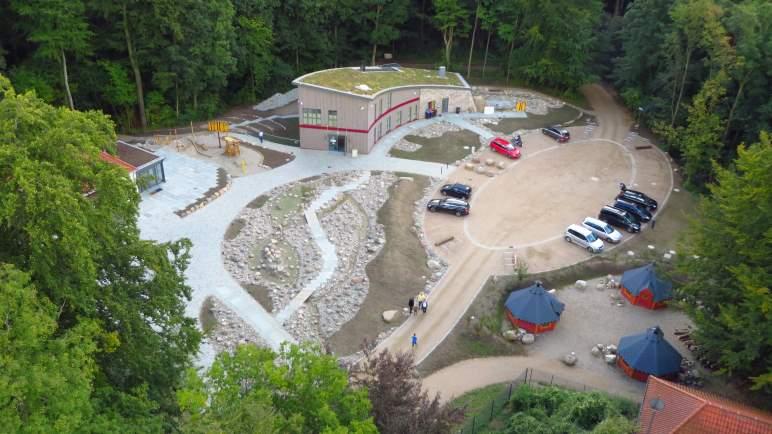 Der Blick von der Aussichtsplattform auf das Informationszentrum