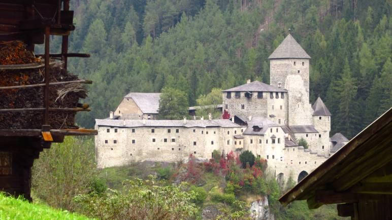 Die Burg taufers, auf die wir fast zulaufen. Allerdings liegt sie auf der anderen Hangseite