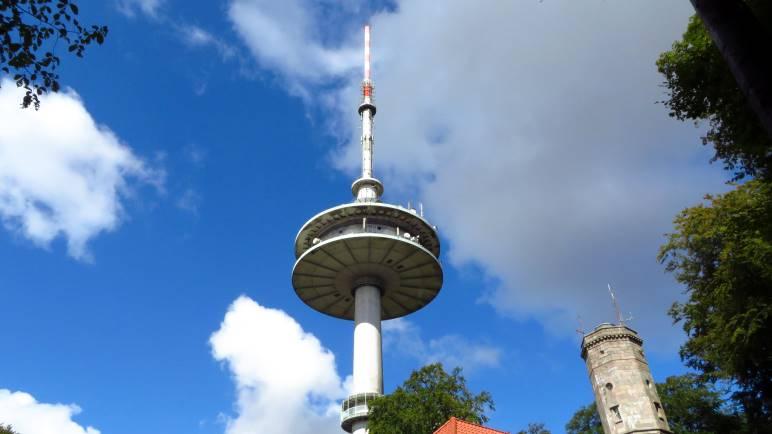 Der Fernmeldeturm mit der Aussichtsterrasse. Rechts reckt sich der Elisabethturm ins Bild.