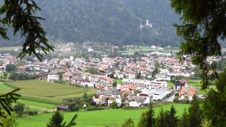 Blick vom Waalweg auf Gais und Burg Neuhaus
