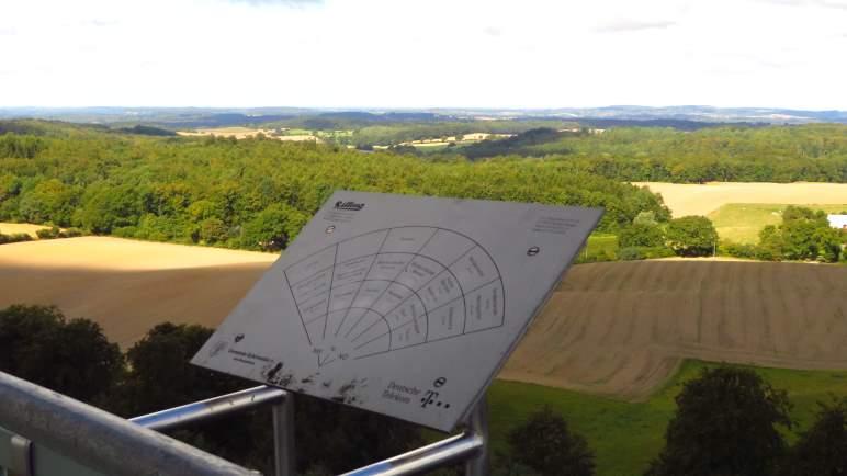 Infotafeln an der Aussichtsplattform zeigen, in welche Richtung man gerade blickt.