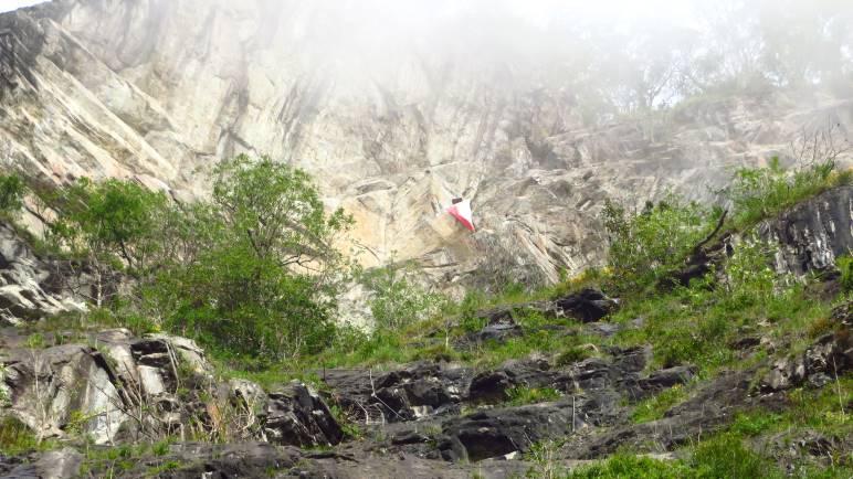 Die große Tirol-Fahne, mitten im Klettersteig. Dort werden wir auch vorbeikommen