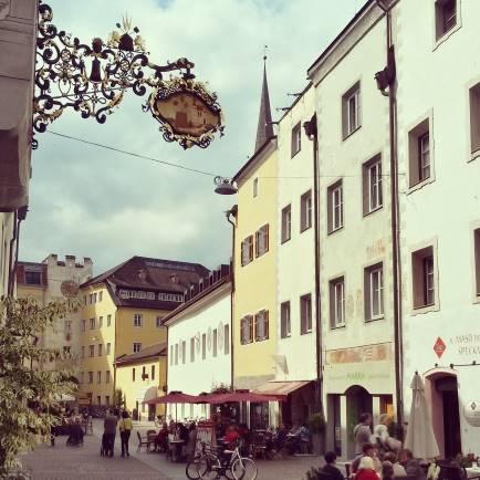 In der Stadtgasse von Bruneck, der Hauptstraße der Altstadt