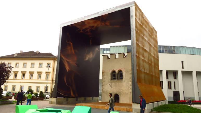Das Pulvertürmchen in Bruneck mit dem großen Kubus