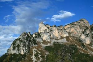 Von der Terrasse der Erfurter Hütte hat man einen tollen Blick auf das Karwendel und auf die Dalfazer Wände, die hier zu sehen sind