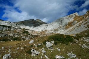 Die Wanderung führt auch an dieser Felswand vorbei, eine von vielen im Rofan