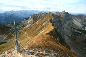 Das Gipfelkreuz der Rofanspitze, leicht unterhalb des höchsten Punktes. Im Hintergrund wieder die Seekarlwand