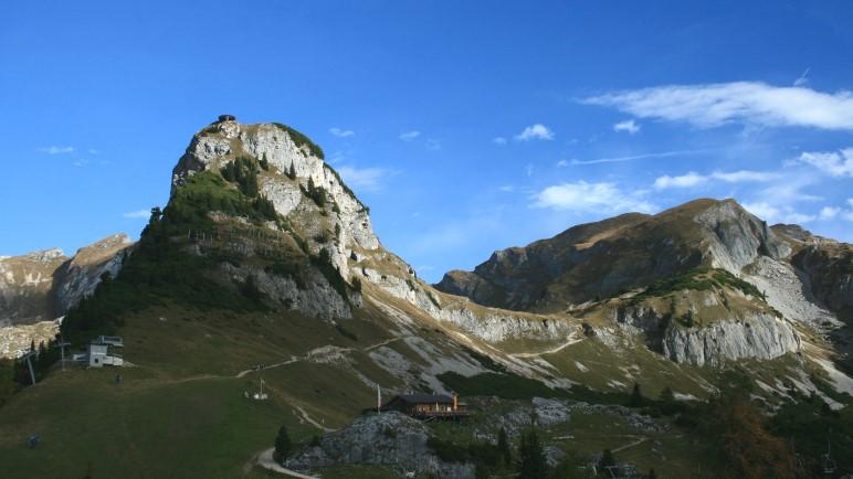 Von der Erfurter Hütte geht der Blick auf den Gschöllkopf und die Mauritzalm