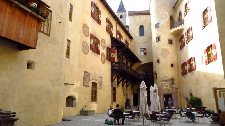 Der Innenhof von Schloss Bruneck mit dem kleinen Café