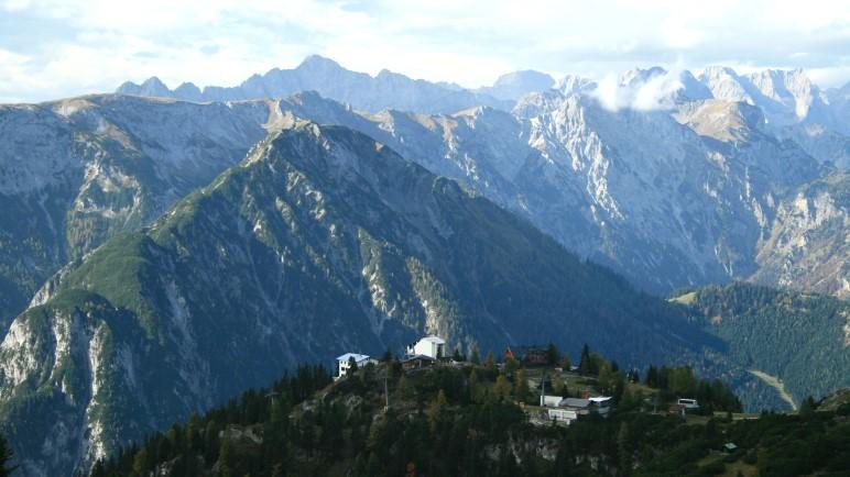 Der Blick zurück auf Seilbahn und Hütte, hinter dem Westufer des Achensees liegt das Karwendelgebirge
