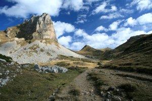 Am Roßkopf mit seinem Klettersteig vorbei geht es in Richtung Rofanspitze