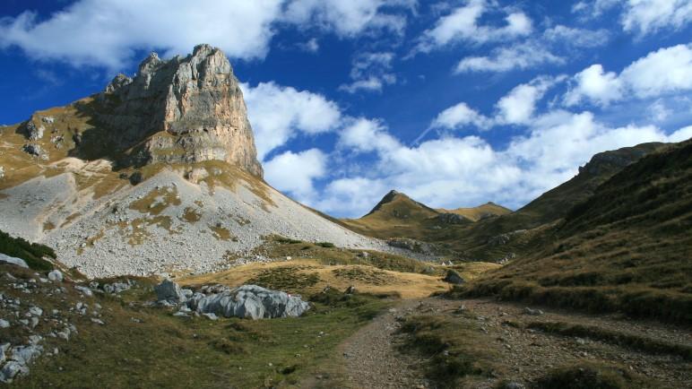 Eine beeindruckende Felswand, der Roßkopf mit seinem Klettersteig