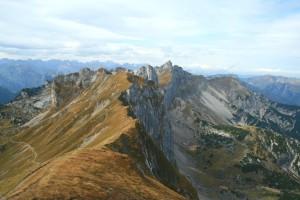 Vom Gipfel der Rofanspitze sieht man direkt auf den scharfen Grat der Seekarlspitze und die steil abfallende Nordwand