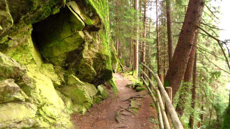 Wilde Felsen auf dem Waalweg in Gais im Ahrntal
