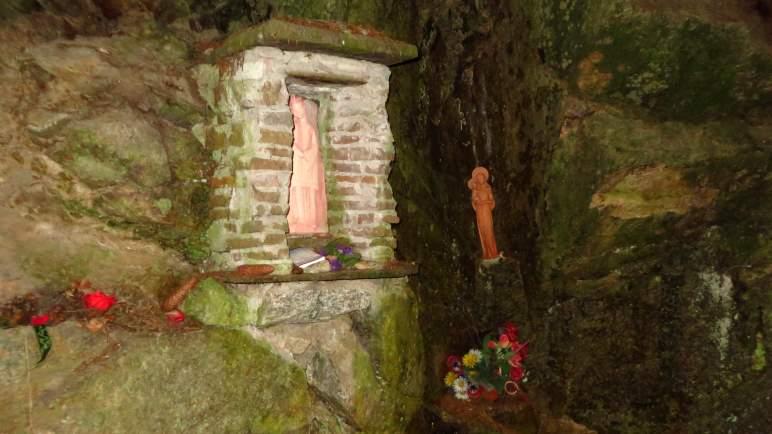 Die Heiligenfiguren im Unterstand