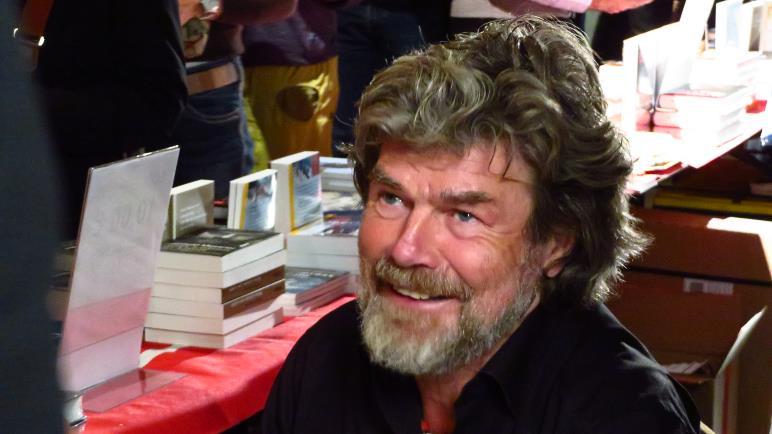 Reinhold Messner signiert seiner Bücher vor und nach dem Vortrag und in der gesamten Pause