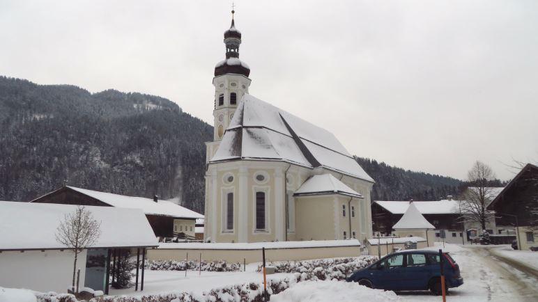 Die Wanderung zum Spitzsteinhaus beginnt direkt an der Kirche in Sachrang