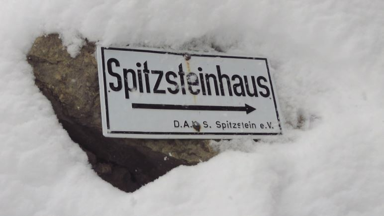 Wegweiser zum Spitzsteinhaus. Von hier aus sind es nur noch fünf Minuten