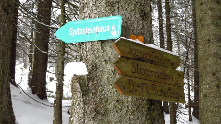 Wegweiser zum Spitzsteinhaus am unteren Ende der Almwiese