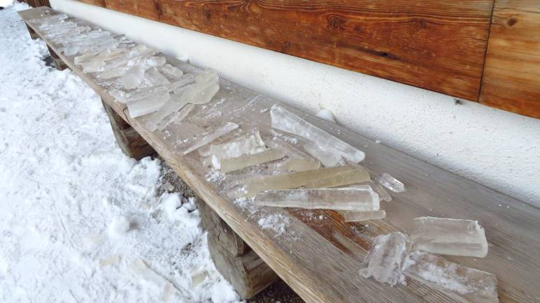 Eiszapfen auf der Bank vor der Schwarzentennalm