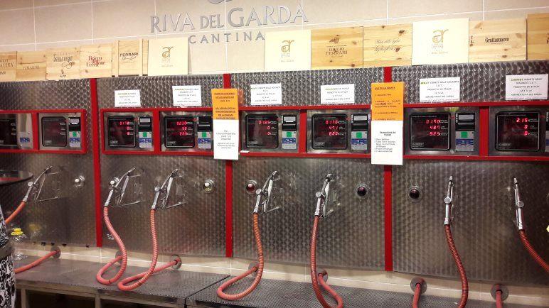 Die Wein-Zapfsäulen in der Agraria Riva del Garda