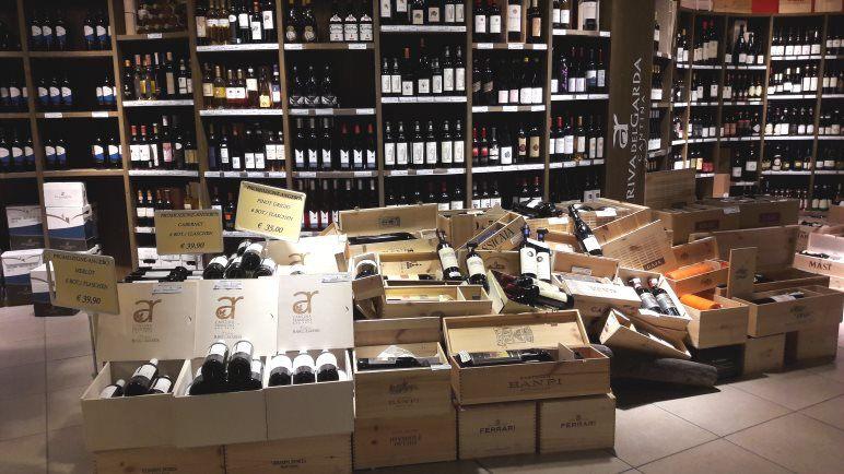 Die gut sortierten Weinregale der Agraria Riva del Garda. Im Vordergrund teurere Tropfen