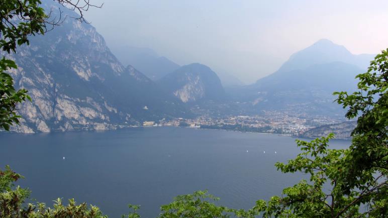 In den Bergen hinter Riva tobt ein Gewitter, oberhalb des Sees wandere ich im Trockenen.