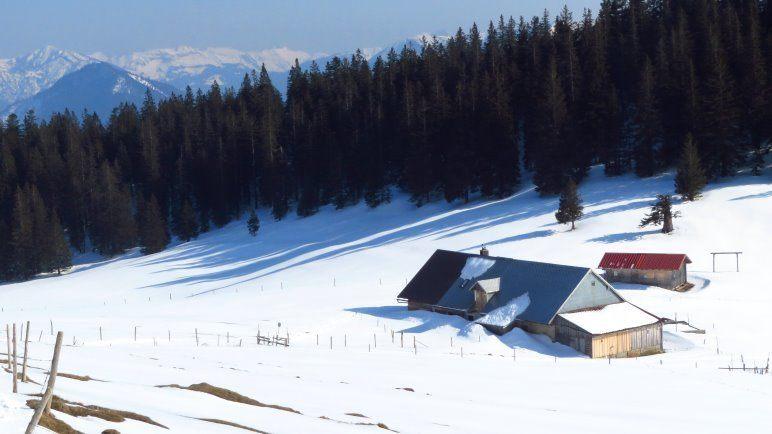 Die Jocheralm, noch tief verschneit
