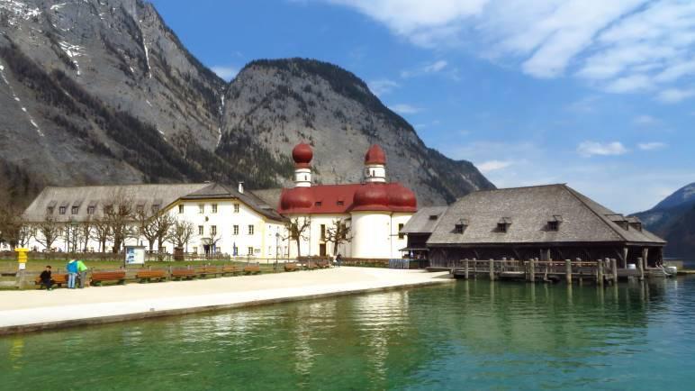 Der Postkartenblick: St Bartolomä und der Königssee im Sonnenschein