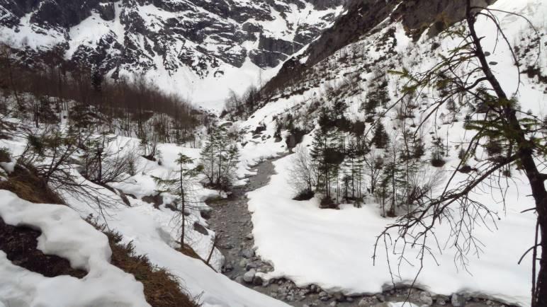 Durch dieses verschneite Tal wandern wir