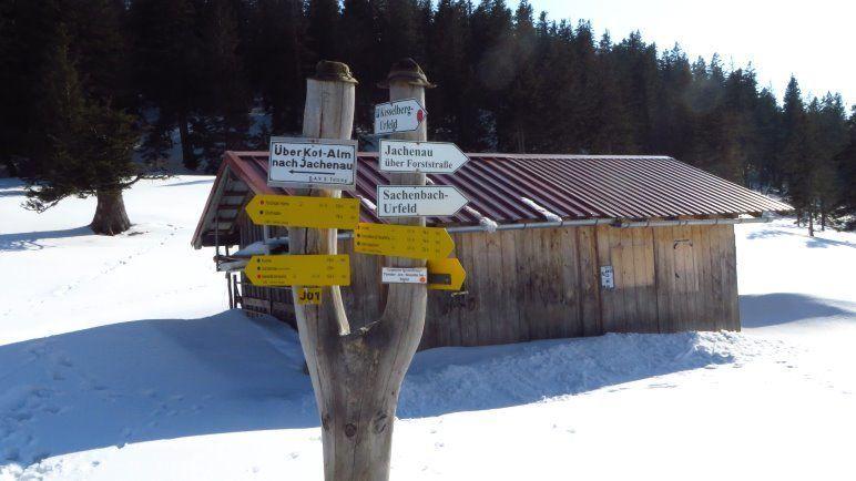 Am Wegweiser der Jocheralm gehen wir Richtung Sachenbach / Urfell