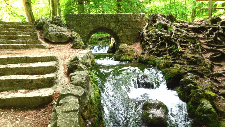 Dieser doch recht kleine Bach wird wenige Meter später zum Uracher Wasserfall