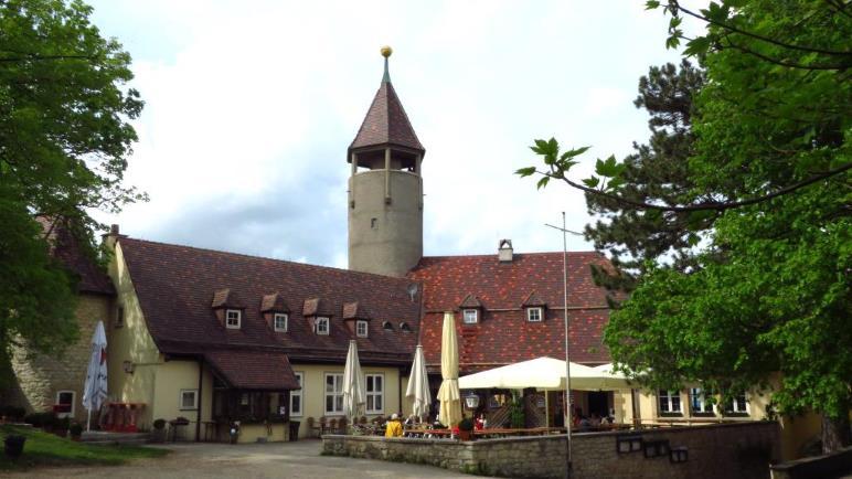 Im Innenhof der Burg Teck