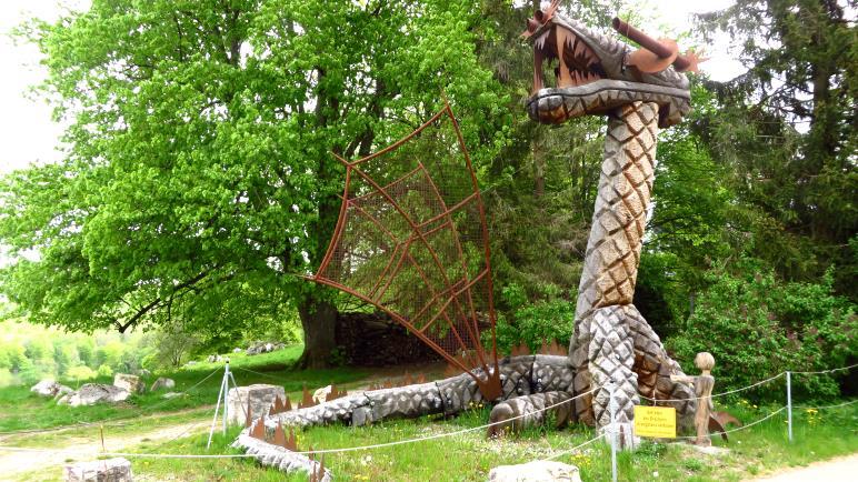 Ein Drache, eines der selbstgebauten Kunstwerke an der Ziegelhütte