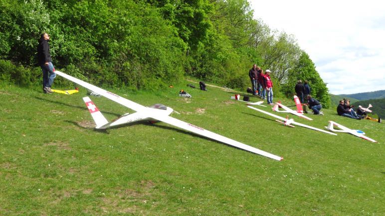 Modell-Segelflieger auf der großen Wiese am Teckberg