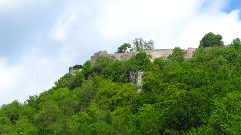 Auf die Burgruine Hohenurach hat man fast auf dem gesamten Rückweg einen guten Blick
