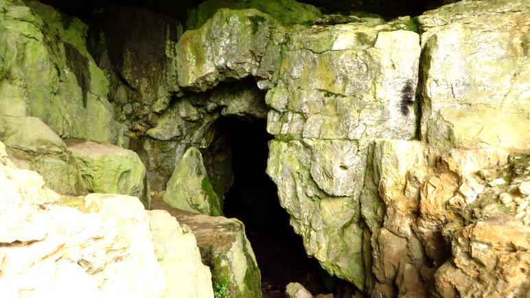 Am Eingang zum Sibyllenloch, einer Karsthöhle unterhalb von Burg Teck